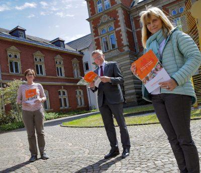 (v.l.) Kreisjugendamtsleiterin Marion Klein, Landrat Hans-Jürgen Petrauschke und Petra Fliegen, Leiterin des Familienbüros, stellen den neuen Familienkompass vor.