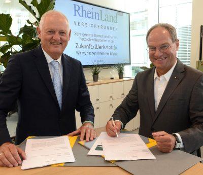 Christoph Buchbender (l.) und Michael Schmuck bei der Vertragsunterzeichnung